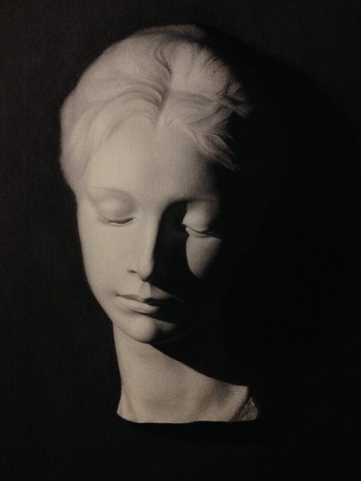 houtskool tekening van een vrouwenbeeld in gips, door linda vd bergh