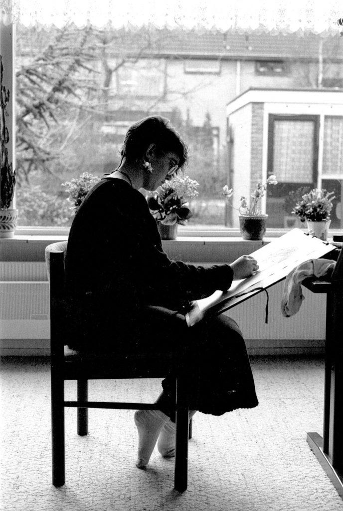 zwart-wit foto van linda vd bergh, thuis aan het tekenen