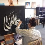 dominique aan het schilderen bij artstudio linda