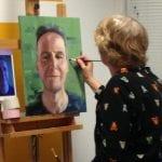 cursiste aan het schilderen bij artstudio linda
