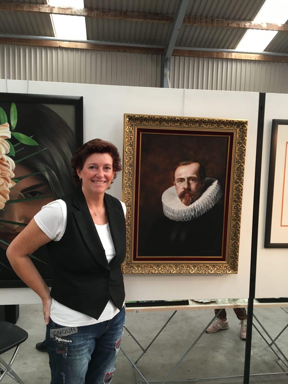linda op de kunstroute Aalsmeer bij haar schilderijen